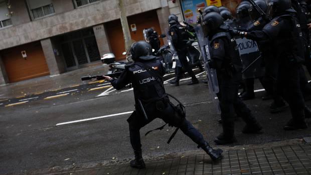 Polizei in Katalonien feuert mit Gummigeschossen