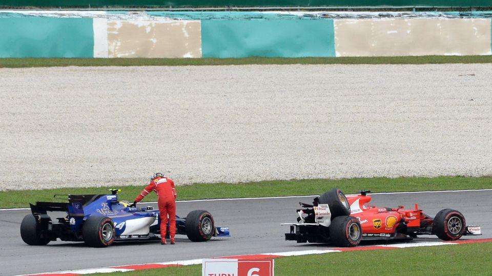 Sebastian Vettel fährt per Anhalter in die Boxengasse, weil sein Ferrari nur noch drei Räder hat