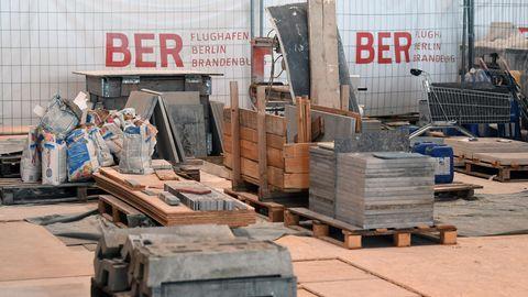 Baumaterial auf der Baustelle des Hauptstadtflughafens BER