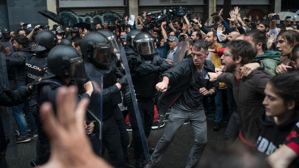 Polizei geht gegen Referendum vor - offenbar Hunderte Verletzte - die Lage in Katalonien