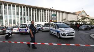 Ein Polizist patrouilliert in Marseille vor dem Bahnhof.