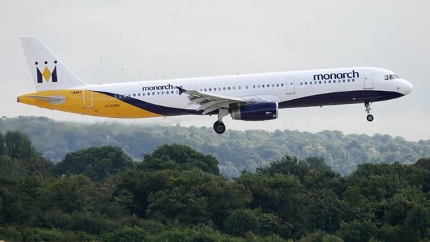 Eine Maschine der Monarch Airlines im Landeanflug auf Manchester