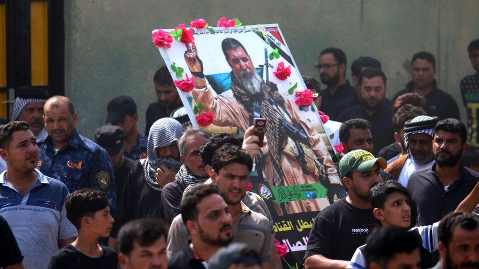 Viele Trauernde begleiteten den Beerdigungszug des Schützen.