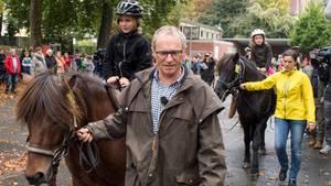 Opa holt Enkel mit Pferden von der Schule ab - und reitet dafür 550 Kilometer