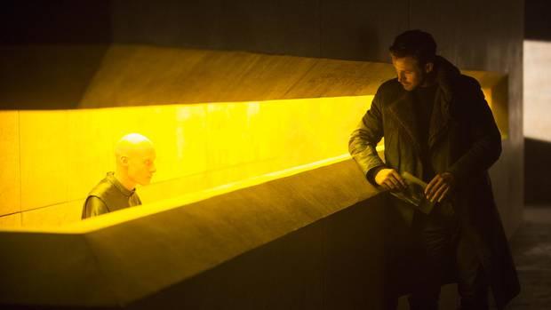 Nur so viel ist über die Handlung bekannt: Ryan Gosling spielt den Polizisten und Replikantenjäger K, der auf ein gut gehütetes Geheimnis stößt