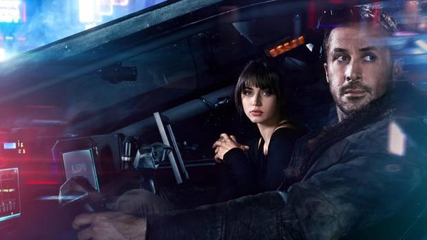 """An seiner Seite von Ryan Gosling: Joi (Ana de Armas). """"Blade Runner 2049"""" startet am 5. Oktober 2017"""