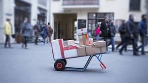Pakete liegen auf einer Karre