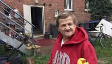 Karin Ritter im Hinterhof ihrer Obdachlosenunterkunft in Köthen.
