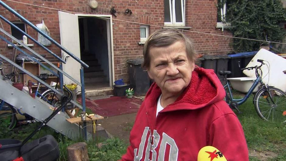 Karin Ritter Im Hinterhof Ihrer Obdachlosenunterkunft In Kothen