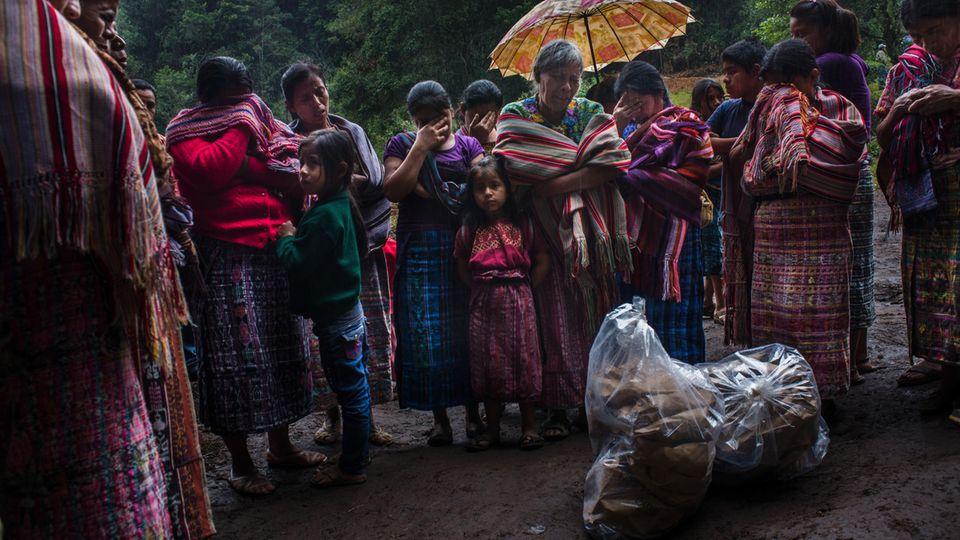 Eine Familie beweint die knöchernen Überbleibsel eines Angehörigen. Forensiker hatten sie zuvor aus einem Massengrab exhumiert