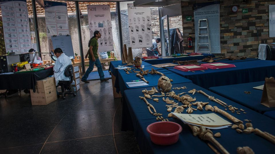 Kriminaltechniker untersuchen Skelette. In ganz Guatemala werden so die Verbrechen der Diktatur aufgearbeitet