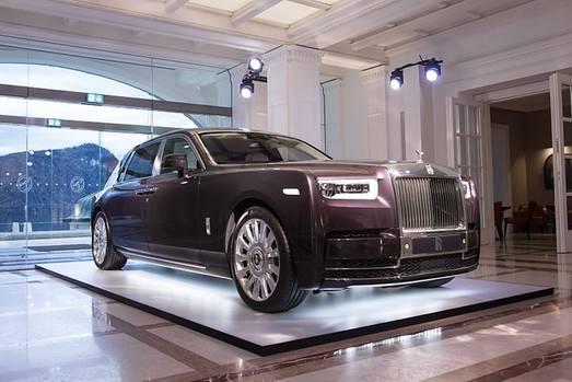 Der Rolls Royce Phantom VIII ist mit langem Radstand 5,98 Meter lang
