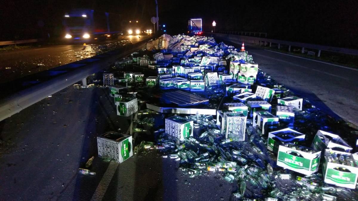 Nachrichten aus Deutschland : Laster verliert Hunderte Kisten Bier auf Autobahnzubringer