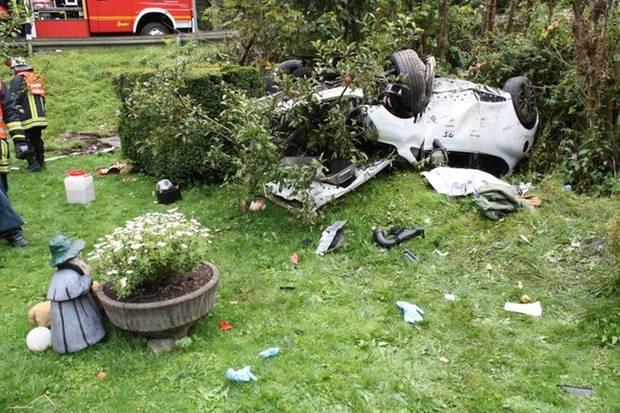 Nachrichten Deutschland - Auto rast in Garten