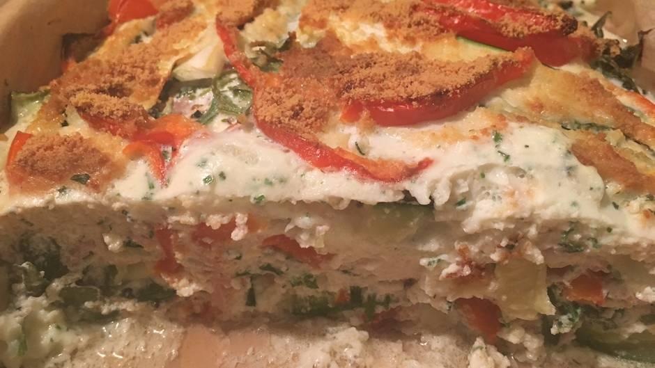 Und, wie schmeckt's?    Geschmacklich ist der Auflauf okay, aber keine Wucht. Das Eiweiß verleiht der Lasagne eine weiche Textur, trägt aber nicht viel zum Aroma bei. Der Knoblauch ist sehr dominant, ebenso wie die Kräuter. Wer die Lasagne zum Abendessen isst, sollte sich auf eine ordentliche Knoblauchfahne am folgenden Morgen einstellen. Immerhin: Das Gericht macht satt und hinterlässt auf dem Teller so gut wie keine Fettflecken. Das weist auf einen niedrigen Fettgehalt hin.  Fazit: Eine nette Alternative zum herkömmlichen Abendessen. Gut für Abnehmwillige und Sportler. Wer auf eine geschmackliche Offenbarung hofft, dürfte jedoch enttäuscht sein.