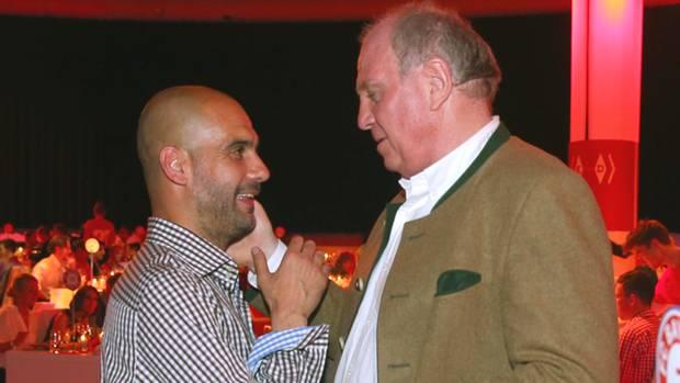 Pep Guardiola (l.) und Uli Hoeneß haben sich am Rande des Oktoberfestes in München getroffen (Archivbild)