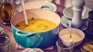 Brühe  Egal ob Gemüse-, Hühner- oder Rinderbrühe: Sie ist fester Bestandteil von Saucen und Suppen und vor allem in der kalten Jahreszeit ideal. Am besten kocht man große Mengen selber, friert sie ein - oder aber trocknet Gemüse und bereitet so seine eigenen Brühwürfel zu. Lesen Sie mehr dazu hier!
