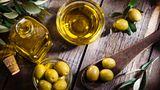 Olivenöl  Kaum ein Öl ist beliebter und aromatischer: Tunken Sie Brot in ein qualitativ hochwertiges Olivenöl, und Sie haben die perfekte Vorspeise. Aber auch Nudeln und Saucen geben Sie damit den letzten Schliff.