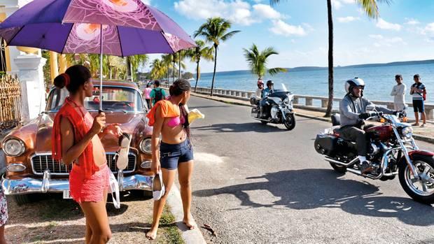 Sonne, Meer, Oldtimer. Die Motorradtouristen in Cienfuegos