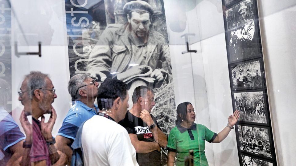 Eine Führerin erklärt den Touristen das Leben von Che in dessen Mausoleum in Santa Clara