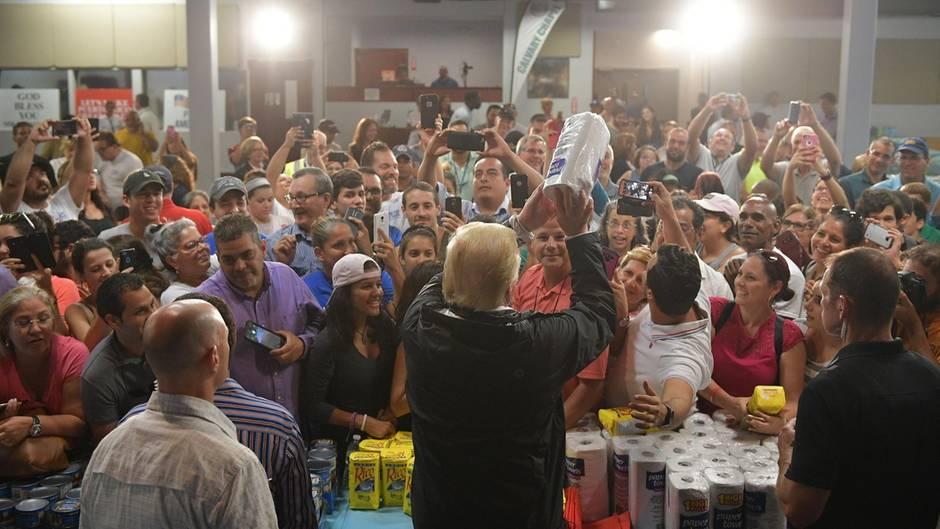 Hurrikan-Opfer in Puerto Rico: Peinlicher Auftritt: Trump wirft Hilfsgüter wie Basketbälle und spielt Schäden herunter