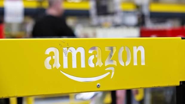 Amazon-Logo in einem Lagerhaus