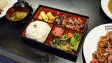 Schnell zu den Stäbchen greifen und probieren: Einer der japanischen Stände wie Ichiban hat sich auf Yakitori und Katsu Curry spezialisiert.