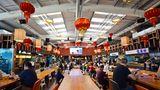 In der Halle finden unter den roten Lampions 450 Menschen an drei verschiedenen Sitzzonen mit ganz unterschiedlicher Bestuhlung Platz.