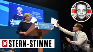 Der britische Komiker Simon Brodkin reicht der britischen Premierministerin Theresa May symbolisch ihre Entlassung
