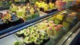 Verführerische Süßspeisen: Beim Verlassen der Foodhall lohnt sich ein Nachtisch im Wonderful Patisseries mit einer großen Auswahl von bunten Törtchen oder Eiscreme aus grünem Tee.