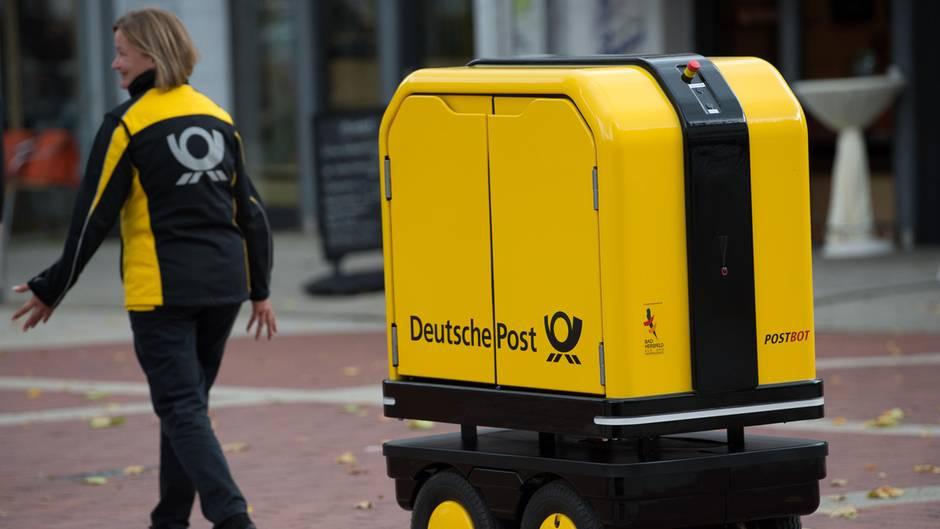 Der Begleitroboter folgt einer Zustellerin der Deutschen Post