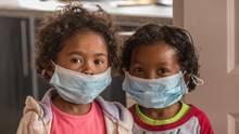 Auf Madagaskar stecken sich immer mehr Menschen mit der Lungenpest. Ein Mundschutz soll vor der Seuche schützen.