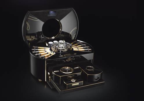 """Zur Ausstattung des Zigarrenbefeuchters """"Emperador"""" von Imperali Genève gehören 24 in Blattgold gerollte Zigarren, ein Zigarrenschneider, ein Tischfeuerzeug und ein Aschenbecher. Der Preis liegt fast im siebenstelligen Bereich."""
