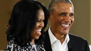 Liebende Partner seit 28 Jahren: Michelle und Barack Obama bei einem Termin in Chicago im Mai