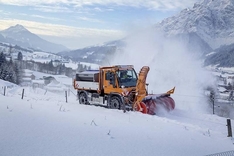 Unimog Schneepflug im Winter