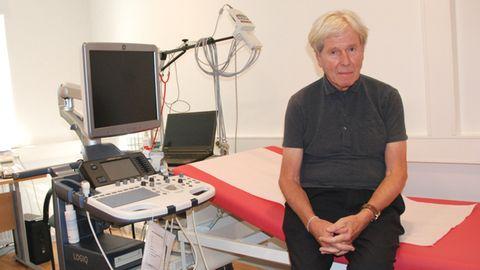 Herr Professor Doktor Peter Ostendorf in einem Behandlungszimmer der Praxis ohne Grenzen