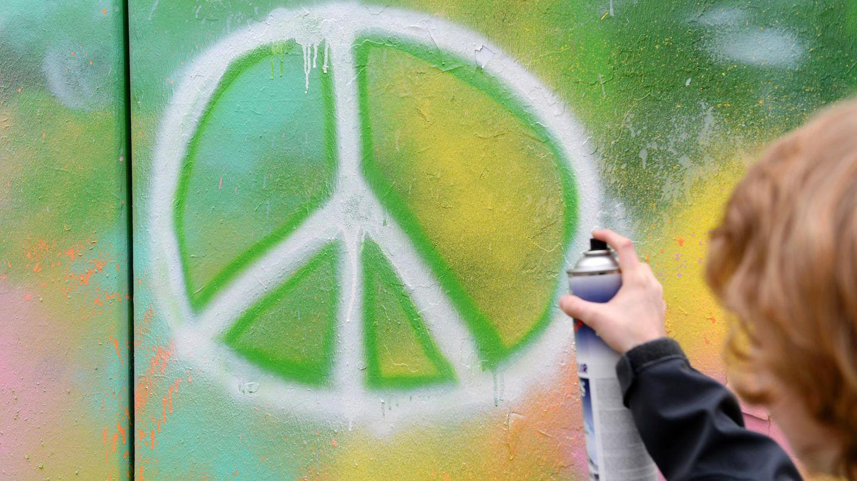 Jeder kennt dieses Symbol: International steht es für Frieden. Aber was bedeutet es eigentlich genau? Die Antwort auf diese Frage und die Bedeutung von weiteren zu Ikonen gewordenen Symbolen siehst du in der Bilderstrecke.