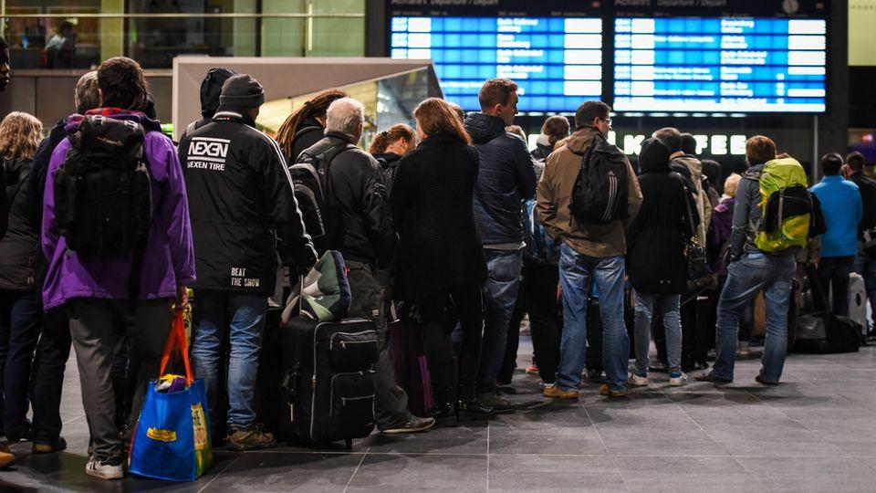 """Sturm """"Xavier"""": Bahn-Reisende müssen auch am Freitag mit vielen Zugausfällen rechnen"""
