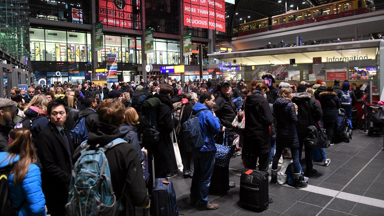 Reisende warten in Berlin im Hauptbahnhof. ZahlreicheZugausfälle auf den Hauptstrecken machen Pendlern und Fernreisenden das Leben weiter schwer