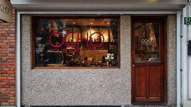 """Platz 10: Speak Low, Shanghai  Im """"Speak Low"""" hat die Cocktail-Szene Shanghais ihren Sitz: So leicht zu finden ist sie aber nicht. Erst ein zur Seite geschobenes Bücherregal gibt den Weg frei zu einer der aufregendsten Bars der Welt.  Mehr Infos finden Sie auf der Website."""