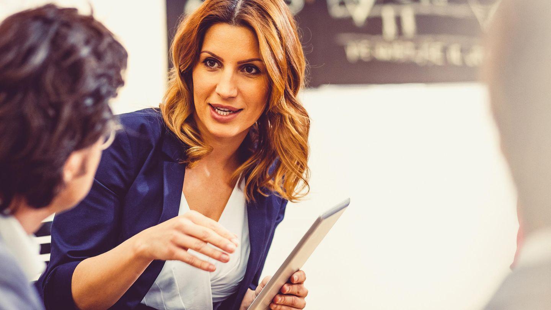 Eigenschaften wie Eloquenz und Durchsetzungsstärke bringen Frauen im Beruf nach oben - in einer Partnerschaft sind andere Stärken gefordert.