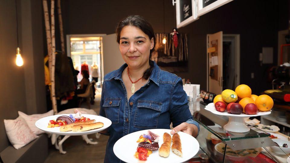 Gastgeberin Cornelia Kohlers serviert die Vorspeise – Mandel-Ciabatta mit Tomaten-Nektarinen-Haselnussöl und mariniertem Oktopus.