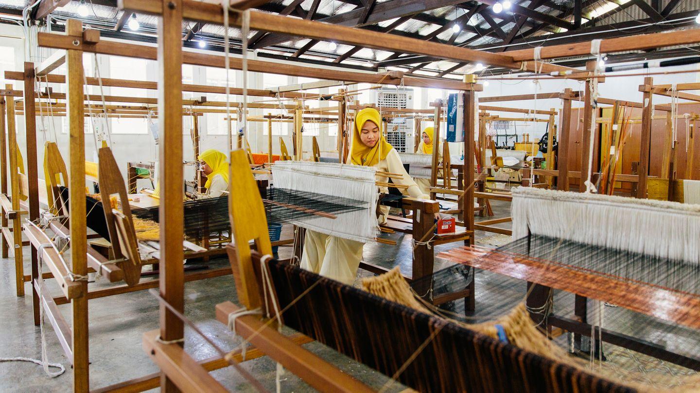 Weberinnen auf Borneo produzieren faire Mode