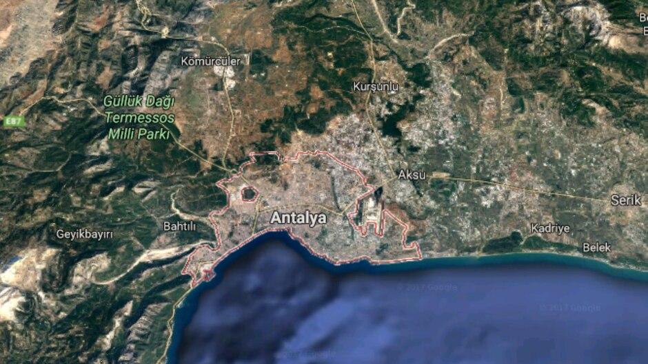 Weitere zehn Insassen seien bei dem Unfall auf einer Autobahn in Antalya verletzt worden