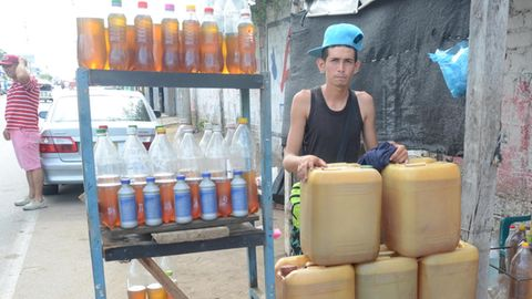 Die Grenze von Venezuela nach Kolumbien: Am offiziellen Grenzübergang ist nichts los, an Schleichpfaden wird Benzin geschmuggelt