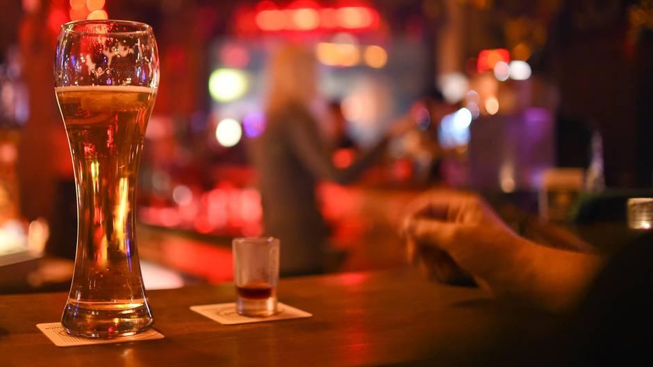 Am Tresen dranzukommen, muss man sich eigentlich nur benehmen, meinen Barkeeper (Symbolfoto)