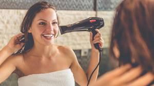 Frau föhnt sich die Haare - Spleens sind nicht für alles eine Entschuldigung