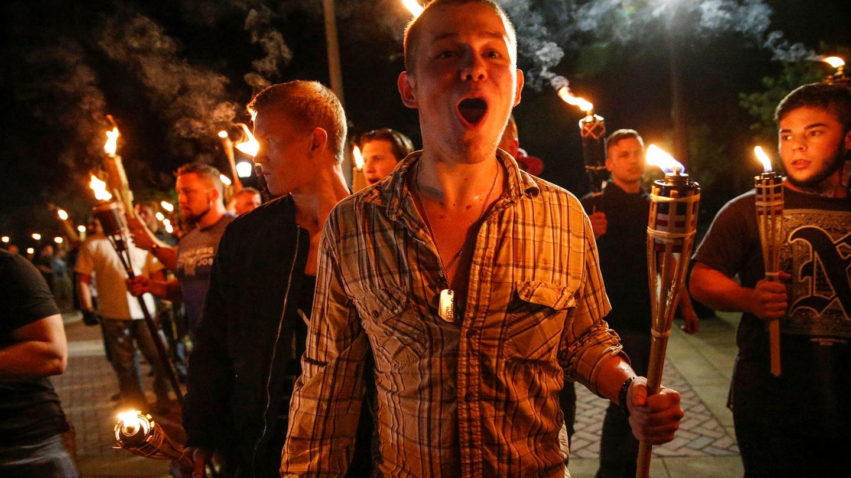Schon im August zogen Mitglieder der Far-Right-Bewegung mit Fackeln durch Charlottesville (Archivbild)