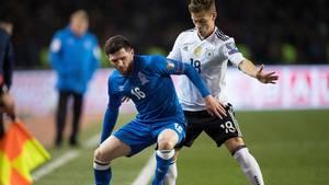 Javid Hüseynov (blau) im Hinspiel gegen die DFB-Elf im März im Zweikampf mit Joshua Kimmich