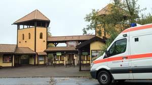 Ein Fahrzeug des DRK steht in Bestwig (NRW) vor dem Eingang zum Freizeitpark Fort Fun.